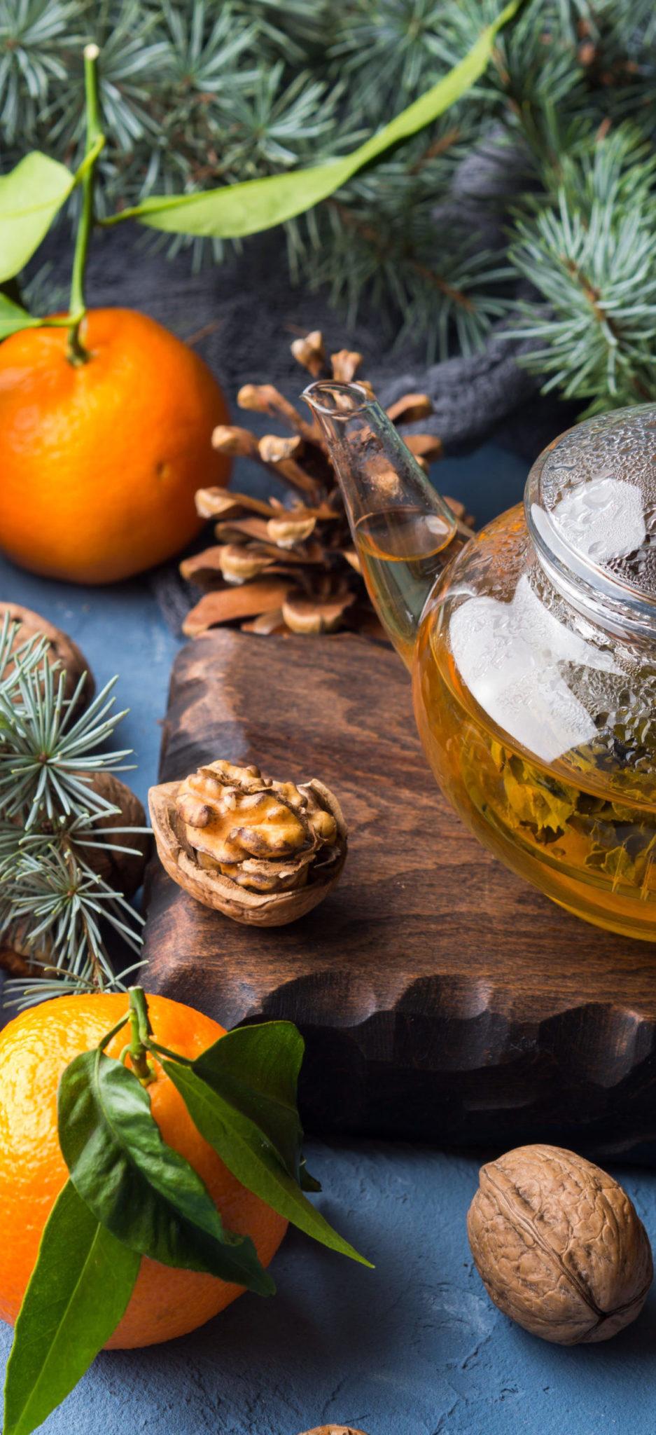 infusions tisanes marque eight powers -illustration produits naturels et biologiques - feuilles vertes, théière et ingrédients séchés